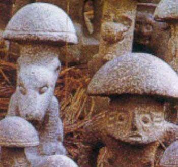 Figure 4 - Statuettes de pierre combinant représentation animale ou humaine et représentation de champignon